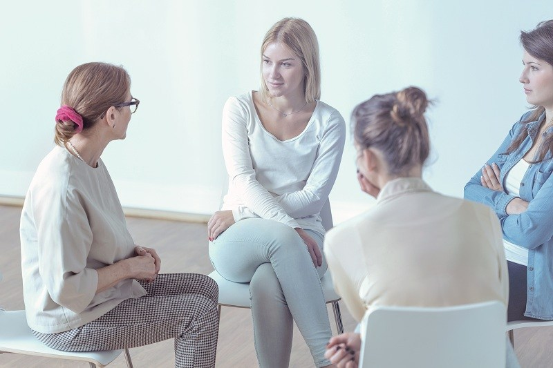 женщина делится со своими подругами о своих чувствах к бывшему мужу