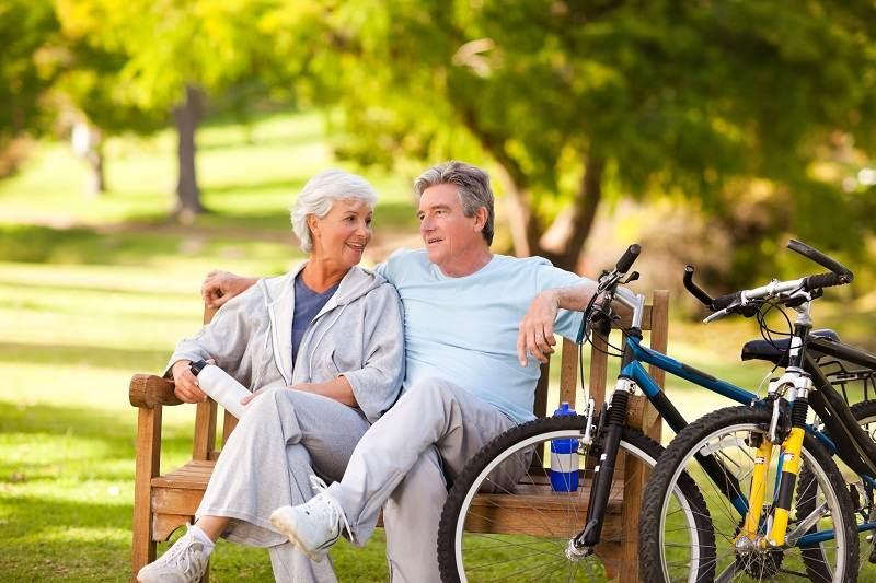 Пожилая пара с улыбкой вспоминают как они преодолевали стадии своих семейных отношений