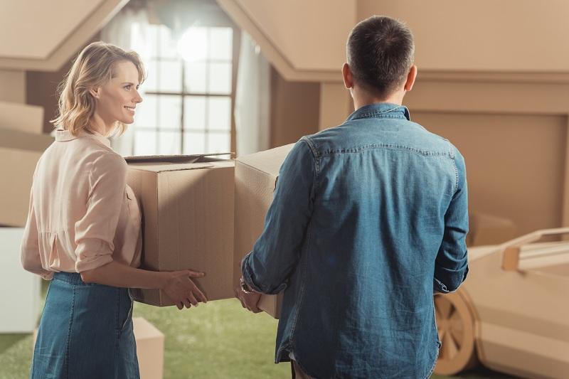 Молодожены строят семейные отношения - в новой квартире обустраивают мебель