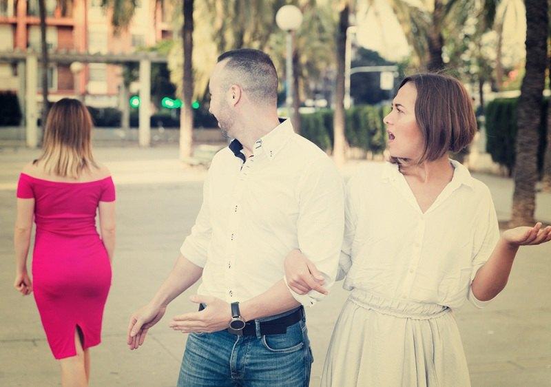 Парень при первом свидании и самом начале отношений засматривается на других женщин
