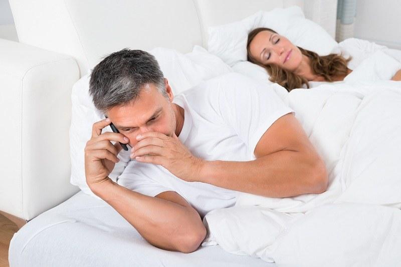 Мужчина в возрасте звонит любовнице и хочет изменить своей жене