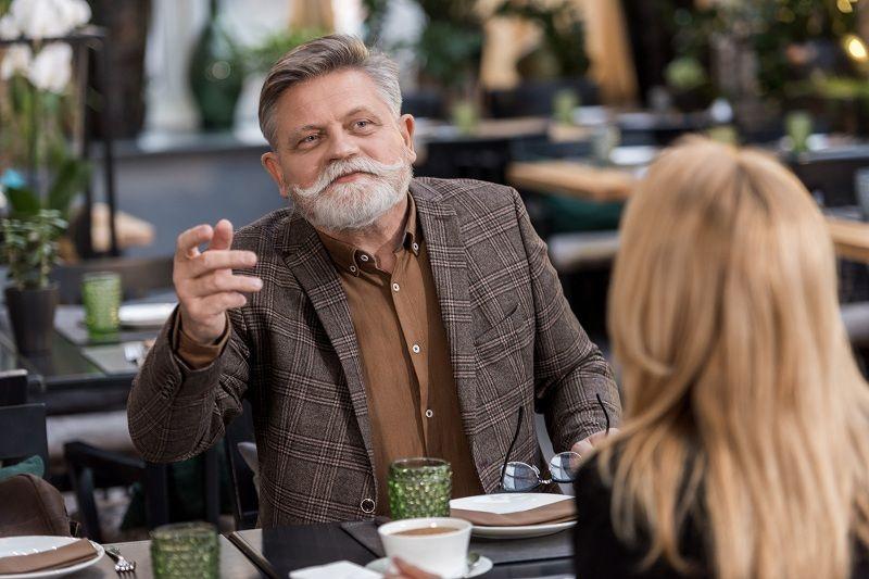 Пожилой дед с седыми усами и бородой хочет изменить с молодой девушкой