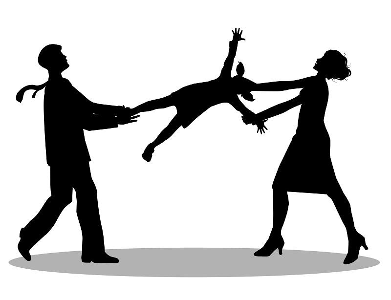 Муж и жена  делят ребенка после развода