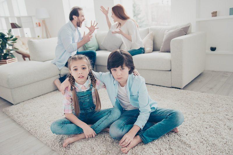 Бывшие супруги выясняют с кем останутся их дети после развода