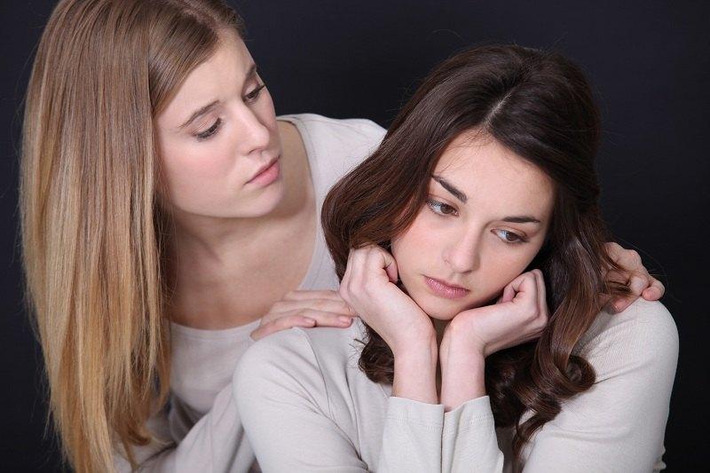 Мама успокаивает свою дочь во время расторжения брака с ее отцом