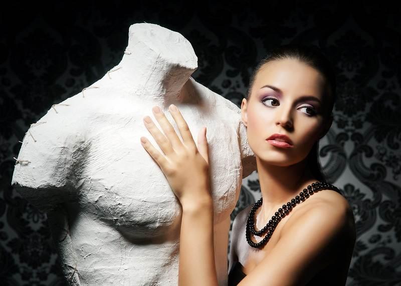 Грустная девушка не может забыть и разлюбить бывшего мужа