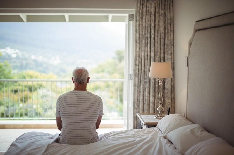 Пожилой мужчина вспоминает о былой любви