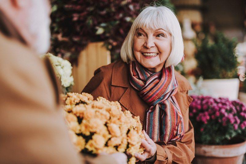 Женщину в возрасте бросил муж спустя 30 лет свадьбы, но она не падает духом и с оптимизмом смотрит вперед
