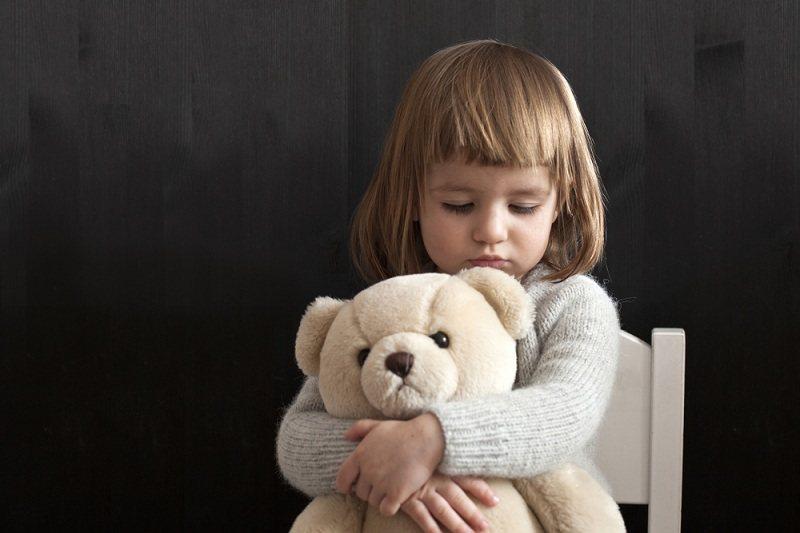 Девочка с мишкой грустит о папе, который ушел от семьи