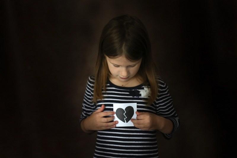 Девочка и фотография с разбитым сердцем