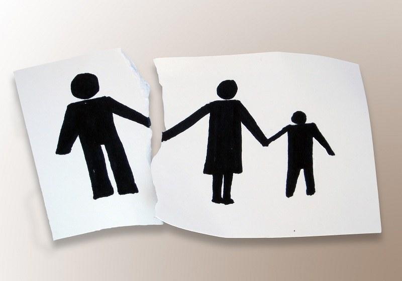 Лист бумаги с семьей и оторванным о нее изображением отца
