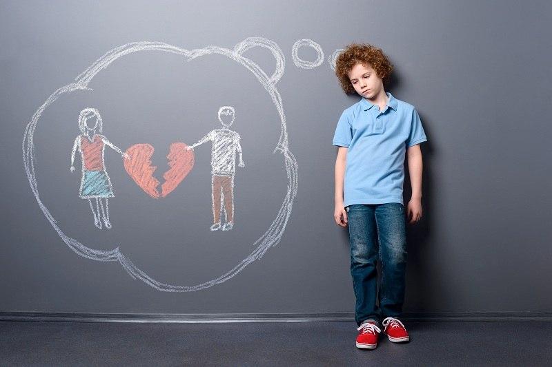 Грустный мальчик нуждается в опеке при разводе родителей