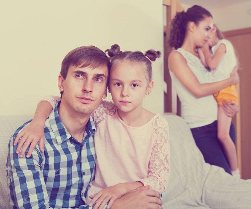 Отец уходит из семьи и расстается с двумя детьми
