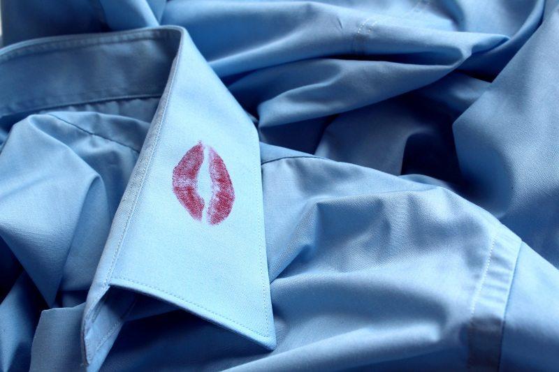 Губная помада на рубашке женатого мужчины