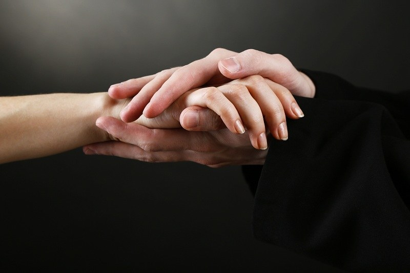 Женщина безосновательно ревнует своего мужа, а священник ее успокаивает