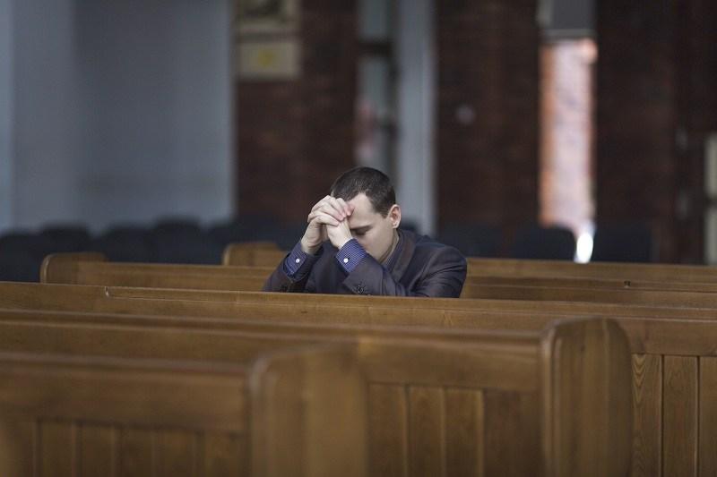 Мужчина пришел в церковь исповедаться по поводу измены своей супруге