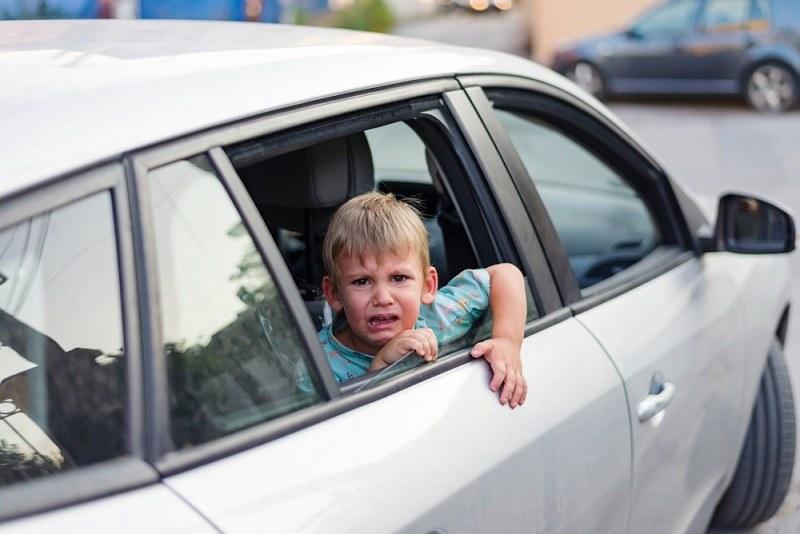 Мальчик плачет в машине отца и хочет к маме, а родители в разводе