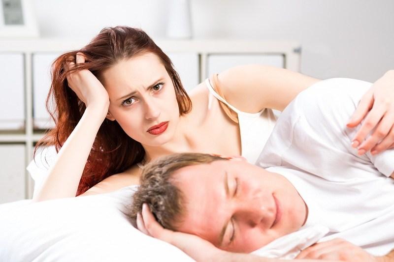 Супруг спит и не подозревает, что жена заподозрила его в измене