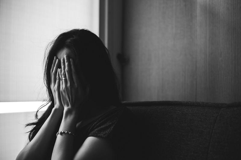 Женщина мучается и плачет, она любит своего мужа, но вынуждена с ним расстаться