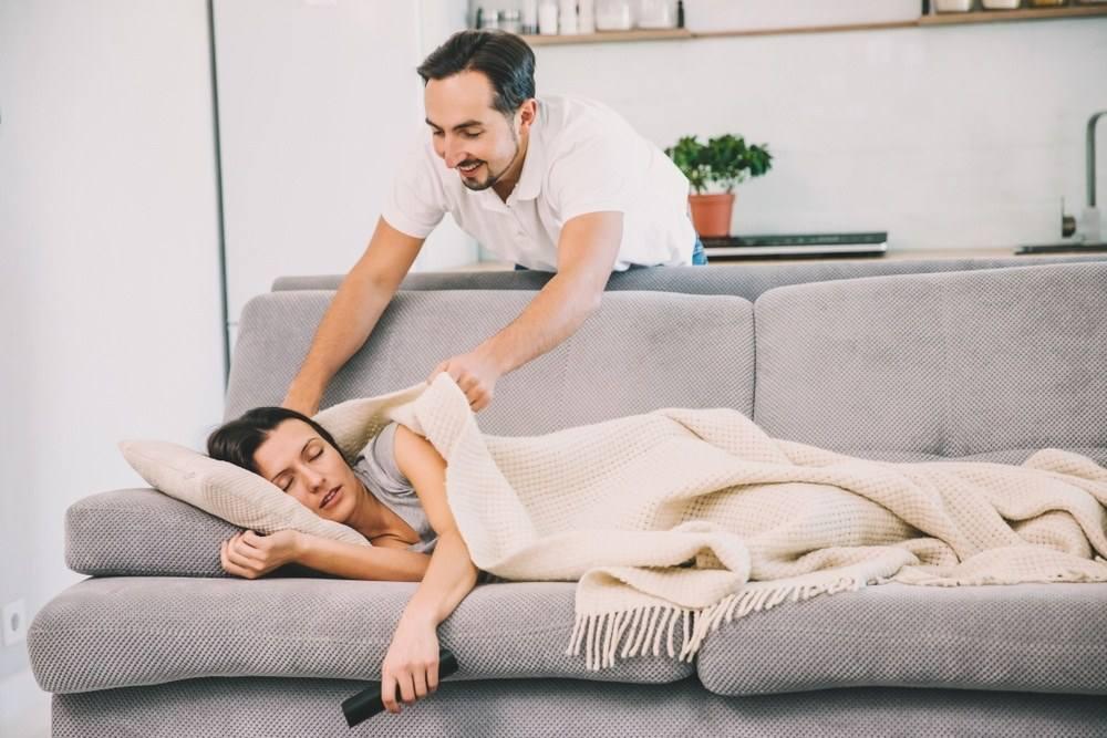 Супруг укрывает одеялом свою любимую жену