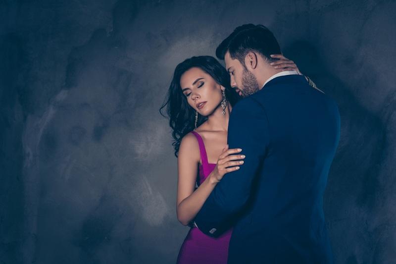 Мужчина обнимает женщину и думает как пережить измену в отношениях
