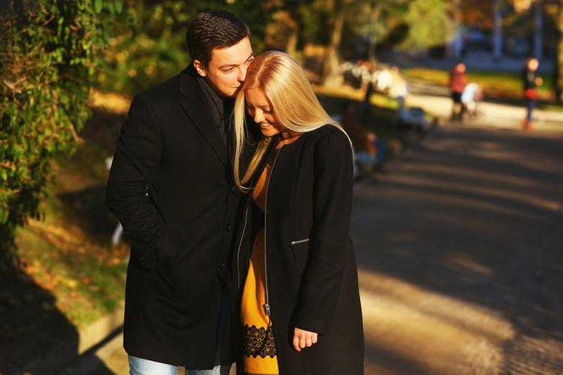 Влюбленная пара думает о семейных отношениях