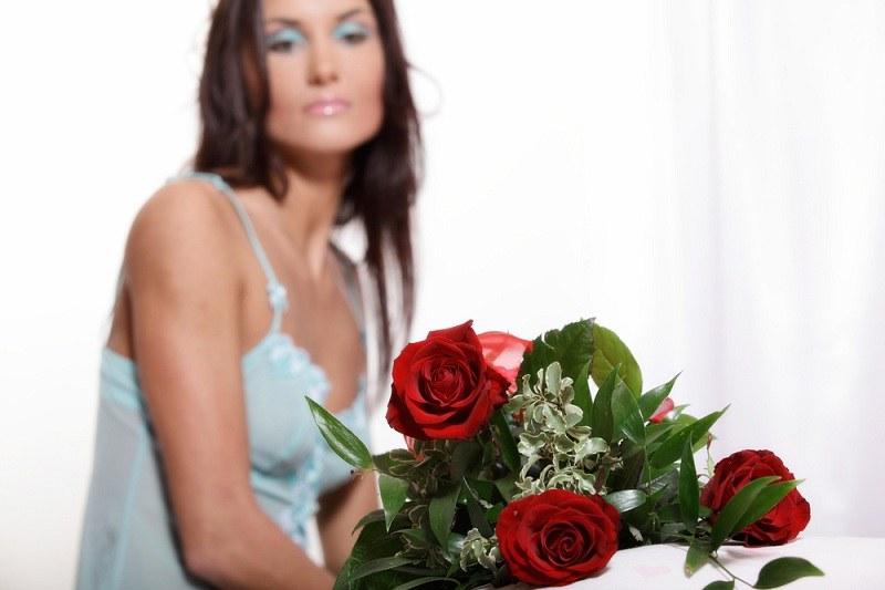 Девушка смотрит на цветы, которые подарил ей муж и думает как её решиться рассказать о своей неверности
