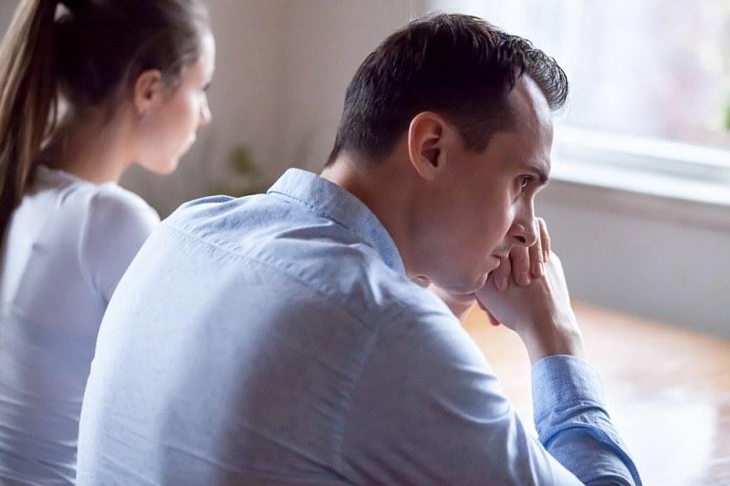 После признания жены о измене мужчина думает о последствиях для их семьи