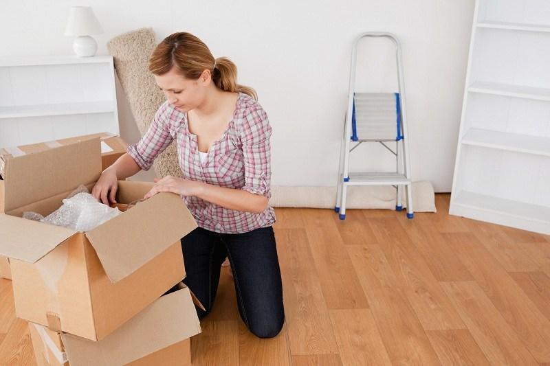 Жена собирает вещи и хочет уйти от мужа