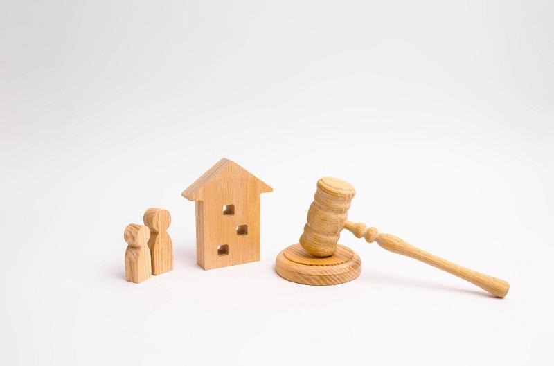 Суд, развод, дом и женщина с ребенком