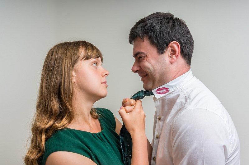 Жена схватила мужа за галстук и не хочет простить ему измену с любовницей