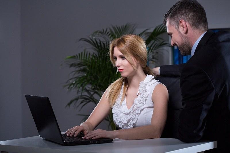 Служебный роман:  женщина за компьютером и к ней подошел ее шеф