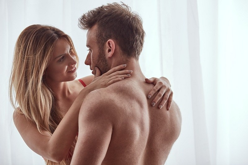 Женщина живёт с мужем, а хочет изменить ему с любовником, которого очень любит