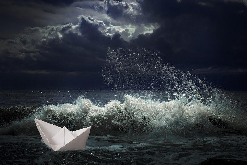 Кораблик, как символ семьи, плывет по морю