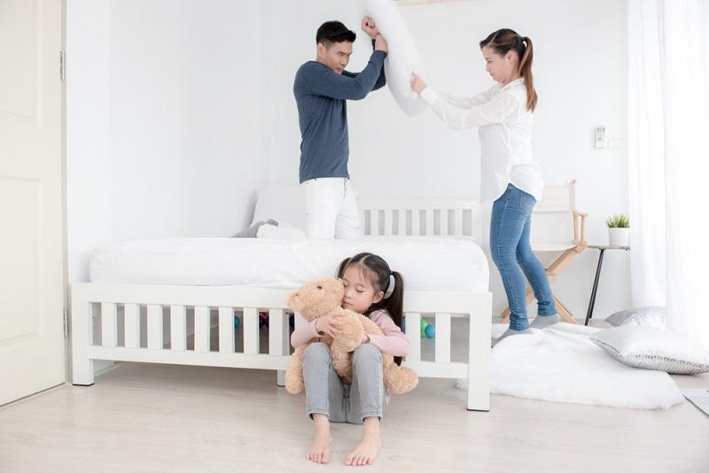 Девочка обняла игрушку и не хочет видеть ссору родителей